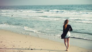 beach woman 1149088 640 320x180 - 大人気のスポット【沖縄】のヨガ旅行!地域別オススメまとめ【2019年】