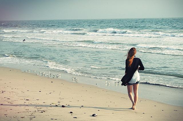 beach woman 1149088 640 - 大人気のスポット【沖縄】のヨガ旅行!地域別オススメまとめ【2020年】
